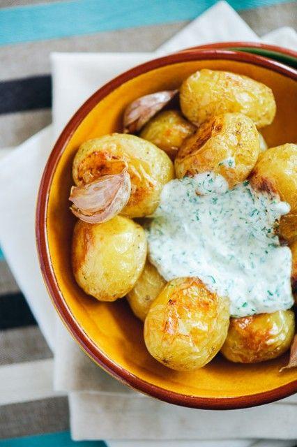 Cartofi noi și usturoi la cuptor cu sos de iaurt și leurdă