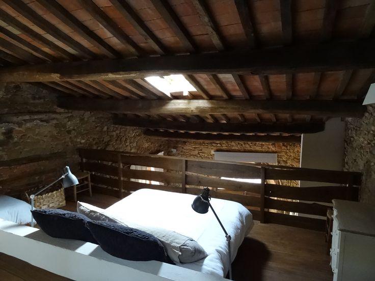 Scansano, Toscana antica dimora nel borgo. La camera sul soppalco  https://archedy.com/2016/05/17/tuscany-mon-amour-la-casa-nel-borgo/