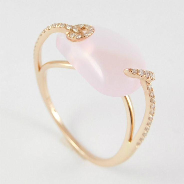 Rozé arany gyűrű  briliánssal illetve rózsakvarccal  14 K  Súly: 2,4 gr  Gyémánt: 0.120 ct  Rózsakvarc: 4.145 ct  Drágakővel ékesített modern kivitelezésű rozé arany gyűrű.