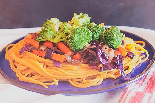 Ázsiai tészta sült zöldségekkel (vegán) - Vendég bejegyzés Nóri mindenmentes konyhájától