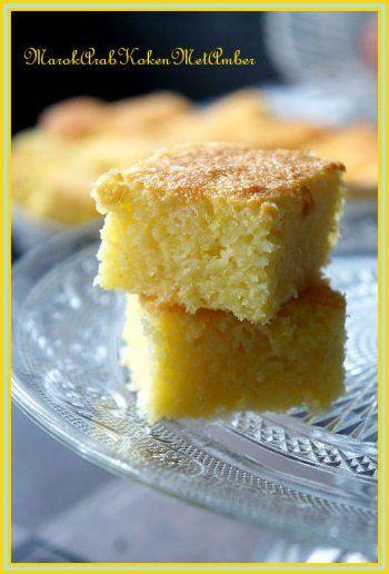 Lekkere, smeuiige blokjes cocoscake.....Dit heb je nodig200 gram geraspte cocos250 gram suiker250 gram room6 eieren30 gram mazenaeen paar druppels vanille-essence.Zo maak je h