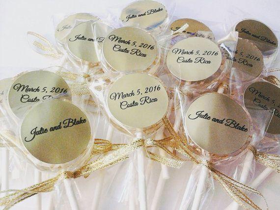 Cadeau original pour les invites: ces jolies sucettes couleur or personnalisees :-)