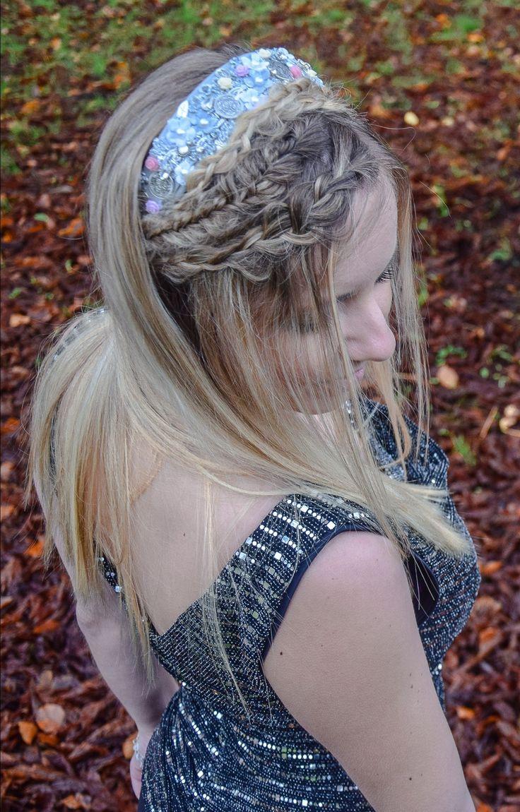 Ausgefallene Frisur mit dem wunderschönen Haarreif von Königskinder München. Ich erkläre euch wie ihr die Frisur ganz einfach Nachmachen könnt. Frisuren DIY, Flechtfrisuren, geflochtene Haare ganz einfach, Haare flechten, halboffenen Frisuren, Frisur mit Detail, Haarschmuck, Frisuren zum Nachmachen