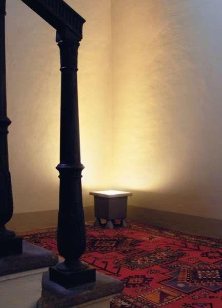 big feet | Viabizzuno | cuerpo iluminante-proyector de apoyo para interiores y exteriores de aleación de aluminio peraluman con grado de protección IP67. disponible con cristal arenado o transparente, puede llevar bombillas halógenas, fluorescentes o de vapores de halogenuros. bajo pedido, se pueden suministrar las aletas difusoras, el marco de luz rasante con cristal transparente (sólo para kit de halogenuros) y el anillo antideslumbrante (sólo para kit E27). resistencia a una energía de