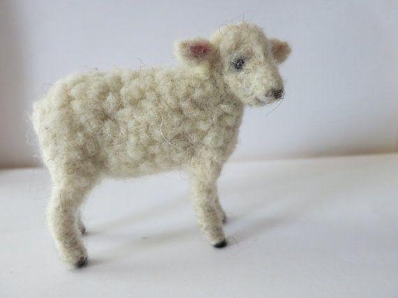 Diese drei Zoll langen, weißen Lamm ist so süß! Sie wird von Hand gefilzt aus der Wolle von eigenen Schafen.