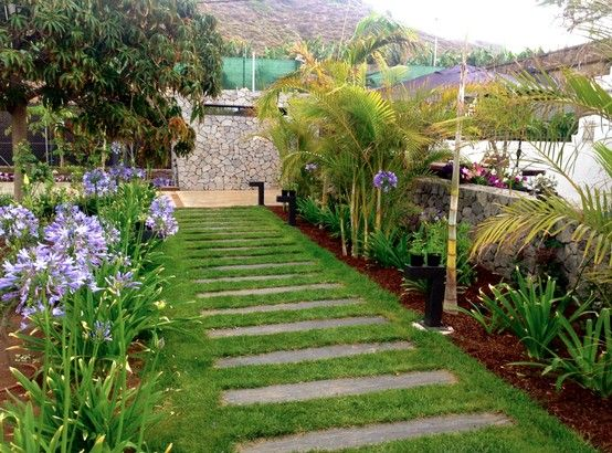 Agapantos camino de pizarra sobre cesped y corteza de for Casa para almacenaje jardin