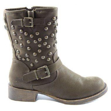 Krush - ein schöner, dunkelbrauner Stiefel von dem collen Label Blowfish. Der Bikerstiefel lässt sich durch einen praktischen Reißverschluss leicht anziehen und die dekorativen Nieten mit den obligatorischen 2 Schnallen verleihen dem Stiefel ein cooles und rockiges äußeres. Krush Damenstiefel  in DK Braun von Blowfish ein Stiefel für den Alltag machen den Schuh zur Trend-Stiefelette dieser Saison!  #cgsshop