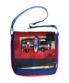 """Gave jongens postbag van het merk Dutch Heroes, voorzien van een supergave vintage """"transportation"""" print, zoals deze Surf Bus, met surfplank. Leuk, de achtergrond in de kleuren van de Engelse vlag."""