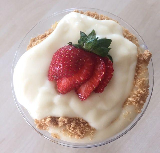 Çilekli manolya tatlısı tarifi nedir?manolya tatlısı nasıl yapılır?Bisküvi ile çilekli kup yapılışı,sütlü tatlı tarifleri lezzetli pratik manolya tatlısı