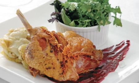 Pato confitado en salsa de frambuesas .