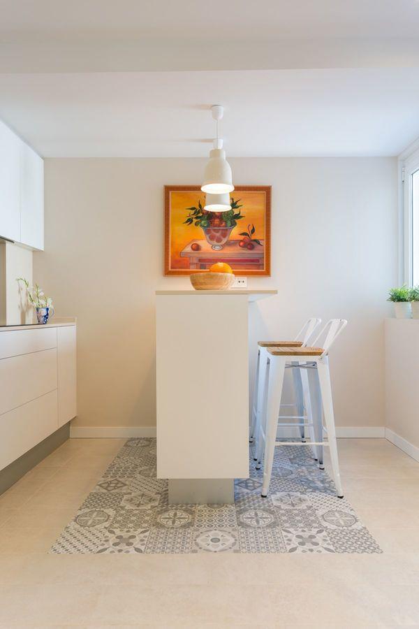 REFORMA VIVIENDA ESTILO NÓRDICO EN A CORUÑA en #hogarhabitissimo reforma integral de cocina con estilo #nordic. La cocina nueva introduce barra y sillas y baldosas hidráulicas #azulejos a modo de alfombra.