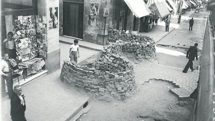 Nuestra tienda de periódicos antiguos se encuentra en el número 44 de la calle de Joaquín Costa, en el barrio del Raval de Barcelona. E...