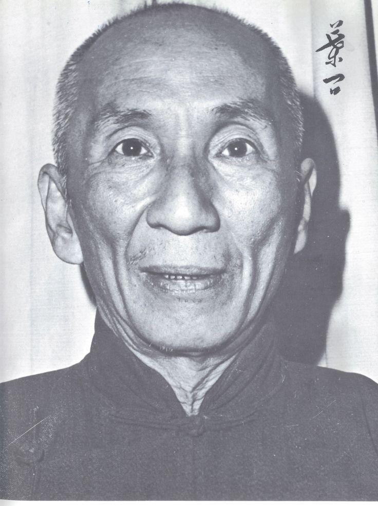 Velmistr Yip Man - velmistr byl prvním mistrem WIng Chun, který toto bojové umění začal vyučovat široké veřejnosti v Číně a v Hong Kongu. Byl to jediným učitelem filmového herce a nadšence bojových umění, kterého záte pod jménem - Bruce Lee