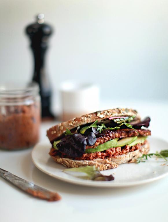 """Sandwich met """"gerookte"""" tempeh en zongedroogde tomatenpesto"""