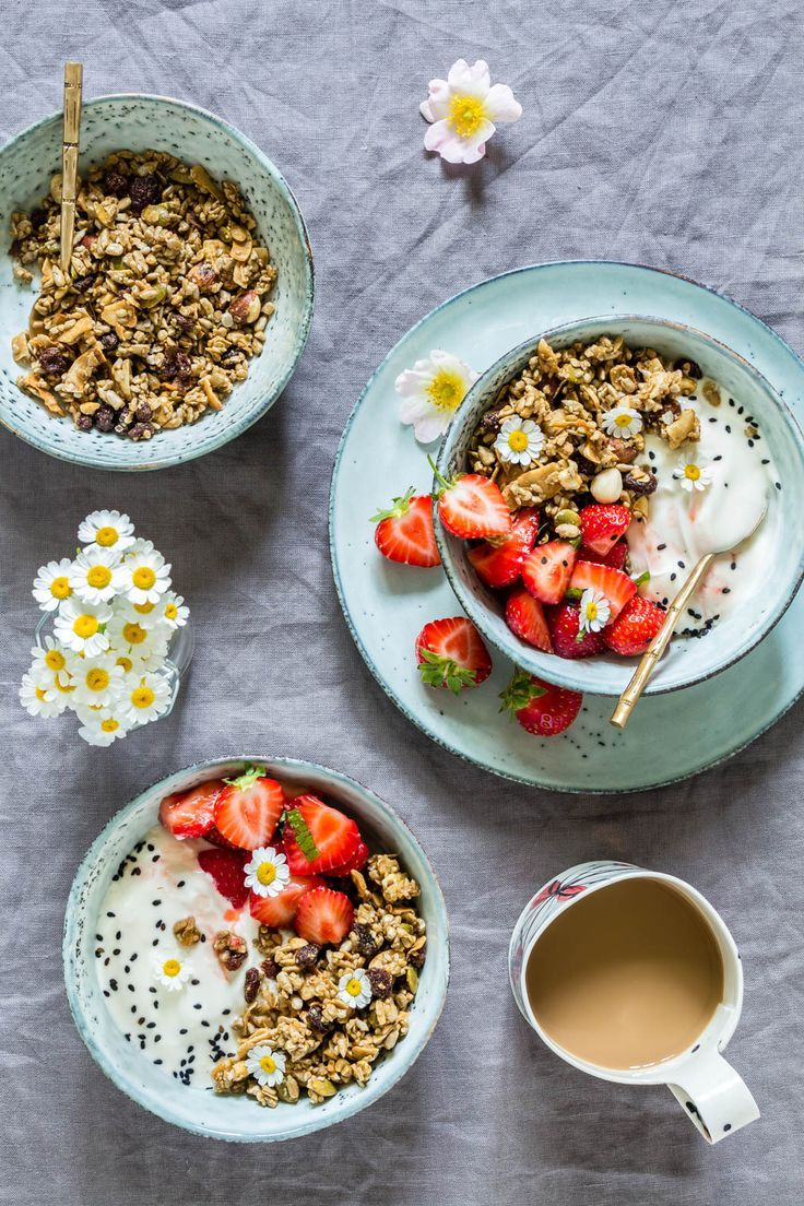 These marinated strawberry granola breakfast bowls recipe is perfect for summer. Vegan and gluten-free. recipesfromapantry.com