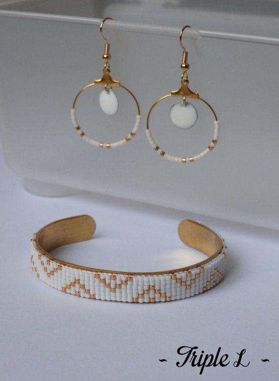 ~ DESCRIPTIF ~ Cette paire de boucles doreilles LOICIA est composée de créoles, de perles et dune monture en métal doré pour oreilles percées. Couleurs des perles : blanc - doré. Dimensions : 2,5 cm de diamètre. ~ MATERIEL UTILISE ~ - Crochets doreilles en laiton doré - Créoles en laiton doré - Perles - Sequins émaillés  ~ ENVOI ~ Les bijoux sont envoyés en courrier suivi dans une enveloppe en papier bulle et soigneusement emballés.  ~ PRECAUTIONS DUSAGE ~ Ce bijou est fait à la main et avec…