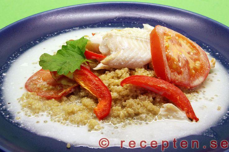 Ugnsbakad fiskfilé i kokossås - Mycket enkelt fiskrecept med kokosmjölk, tomat och paprika. Tillagas enkelt i ugn och blir många portioner. Går att variera med olika grönsaker.