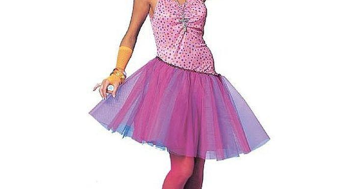 Cómo hacer un disfraz de los años 80 para mujeres. Una cosa que resalta de los años 80 es la moda que había en ese tiempo. Colores chillones, peinados locos y mucha tela elástica era lo que se usaba entonces. Si quieres hacer un disfraz de un atuendo de los años 80, estas son las cosas que debes tener en cuenta.