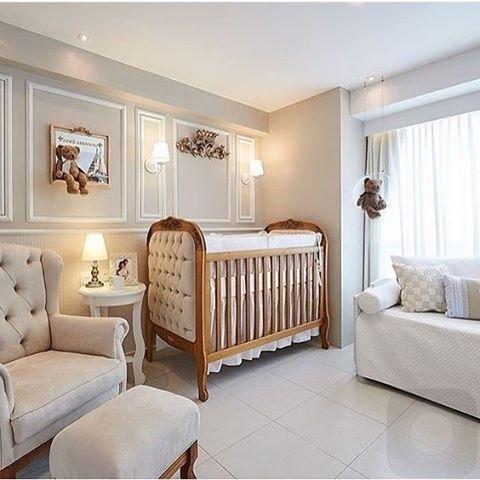 """Em um quarto de bebê provençal não pode faltar o berço com estofado em capitonê. O boiserie ficou destacado com as paredes pintadas em cinza clarinho. Para ver mais quartos nesse estilo, acesse o blog (link no perfil) e busque por """"PROVENÇAL""""."""