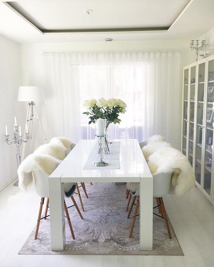 Pehmeät taljat tuoleilla ja avaran valoisa tila pitävät huolen illallisvieraiden viihtymisestä pitempäänkin.