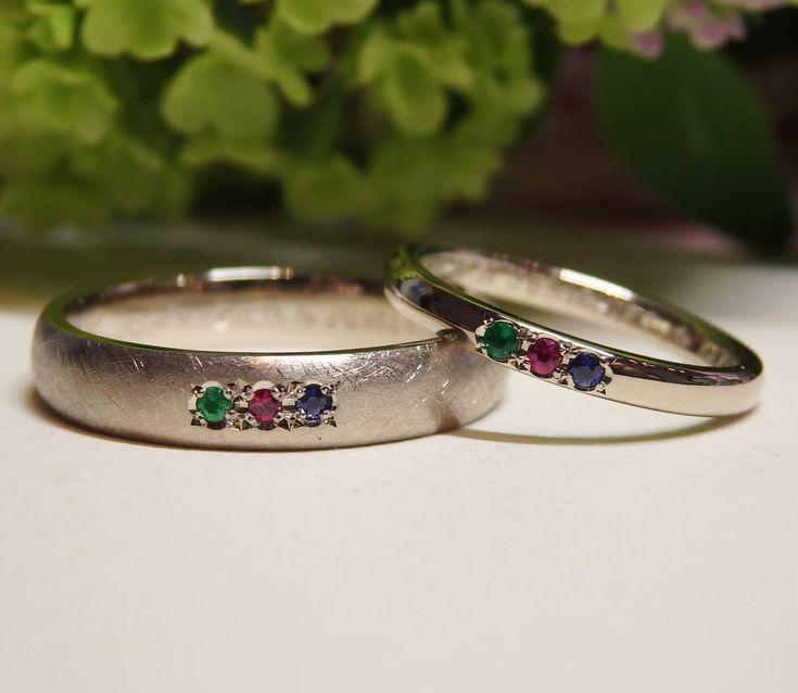 リング中央に入れる3つの宝石は、  お二人の誕生石を含む  エメラルド・ルビー・サファイアの  3種類を配置しました。[marriage,wedding,ring,bridal,K18WG,マリッジリング,結婚指輪,オーダーメイド,ホワイトゴールド,ウエディング,ith,イズマリッジ]