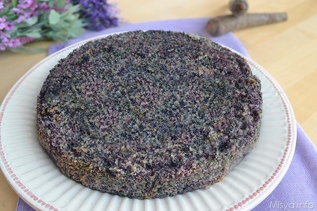 La riceta della torta di albumi e carote di oggi è del noto pasticcere Montersino, io l'ho solo personalzzata utilizzando le carote viola al posto di quelle