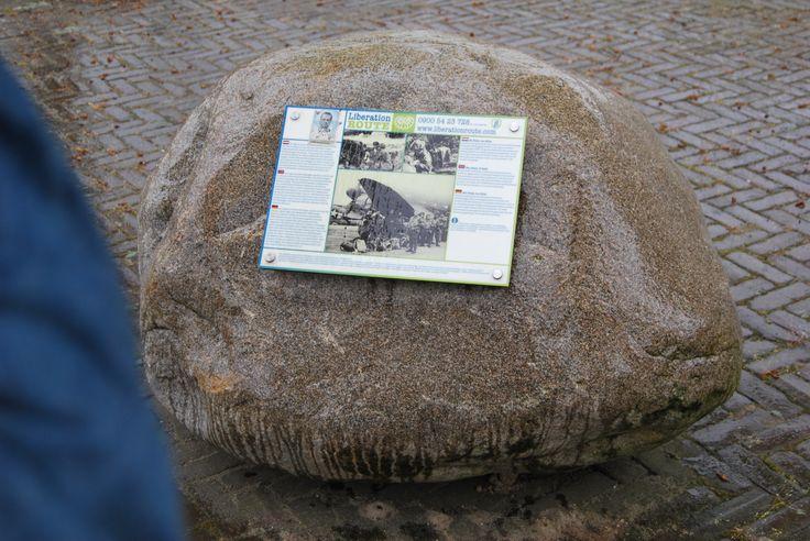 Kamień z tablicą upamiętniającą walki pod Arnhem – w Driel