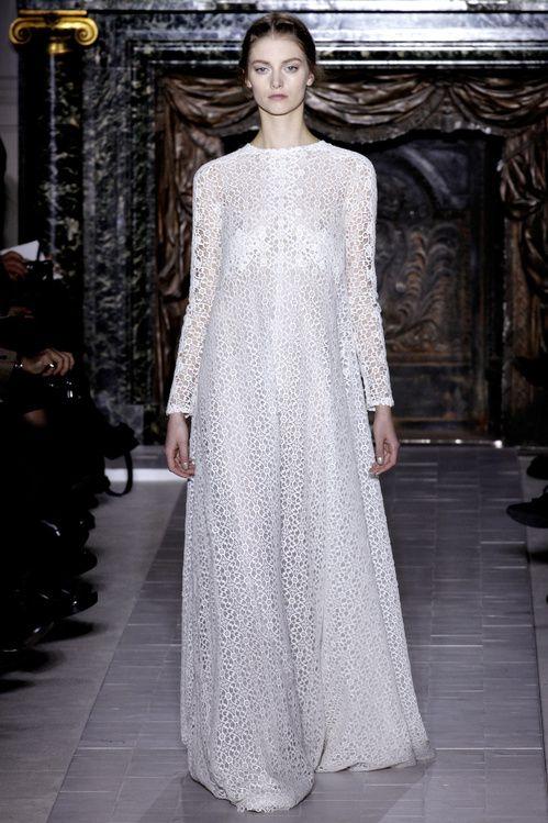 Le défilé Valentino haute couture printemps-été 2013, robe longue en dentelle blanche