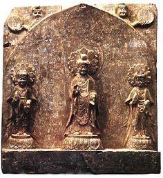 北魏永安二年,韓小華造彌勒像 石灰石質,高55公分       這舖造像是十分典型的北魏孝文帝漢化改制以後的風格。高浮雕三尊像,佛和菩薩的面相都具有清秀的特徵,雖然還穿著北魏晚期傳統的褒衣博帶裝與寬大的帔帛交叉服飾,並略顯厚重,但體型已經開始趨向於豐滿了。佛和菩薩的足下各踏一個寶裝覆蓮台,頭後都浮雕出圓形的蓮花。佛和菩薩身後刻出了統一的尖拱火焰形身光,在身光的後部兩側,分別刻出豐面含笑的半身日神和月神像,它們分別向外側一手托著太陽與月亮。在統一的台座表面中央,是線刻的化生童子雙手承托香爐,童子兩側還分別線刻一蹲獅,為側面,但頭部為正面向,一前肢抬起。與龍興寺出土的其它同類造像相比,它是比較特別的一舖。從題記可知,這舖造像中的主尊是未來的彌勒佛,當在未來世界下生人間成佛。