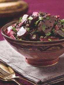 Kogte rødbeder smager fantastisk i salater, ikke mindst når man vender dem med de små sorte beluga-linser, soltørrede tranebær og salattern.