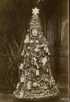 Christmas tree costume, Victorian era/Costume da albero di Natale durante il periodo Vittoriano