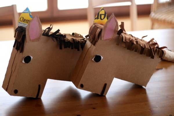 crédit photo .kv barn.  D'habitude, on fabrique les chevaux bâtons avec de vieilles chaussettes ou à la limite une bouteille en plastique. Mais sur .kv barn. on utilise des boites de céréales! Il suffit de retourner la boite, de rentrer un coin par un jeu de pliage, de recoller le tout et de décorer. La crinière est en feutrine.