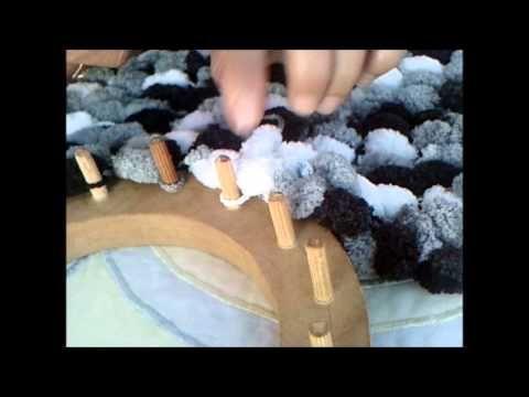 Arremate do cachecol com fio pompom no tear redondo
