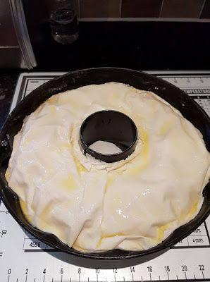Υλικα: 500 γρ φύλλο κρουστας 750 γρ κιμά μαγειρεμένο (χωρίς υγρα) Μπεσαμελ (γράψω συνταγή παρακατω) Βούτυρο λιωμένο Δείτε ακόμη:Λαχταριστη κιμαδοπιτα! Εκτελεση: Βουτυρωνουμε μια φόρμα του κέικ με τρύπα. Αρχίζουμε να βουτυρωνουμε ενα ενα τα φυλλα και να τα τοποθετούμε ένα ενα στη φόρμα