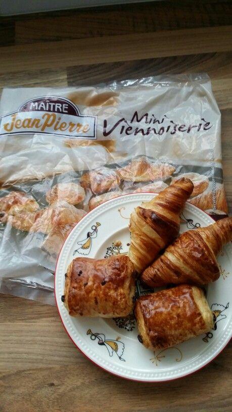 Mini croissants en choco broodjes uit de airfryer 8 min. op 190°c.