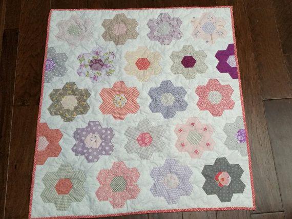 Dit is alles wat die je nodig hebt om te voltooien de top voor een baby grootte zeshoek quilt. U ontvangt de stof gesneden zeshoeken, 100 papier zeshoek, draad en naald. stof bevat meestal Moda stoffen.