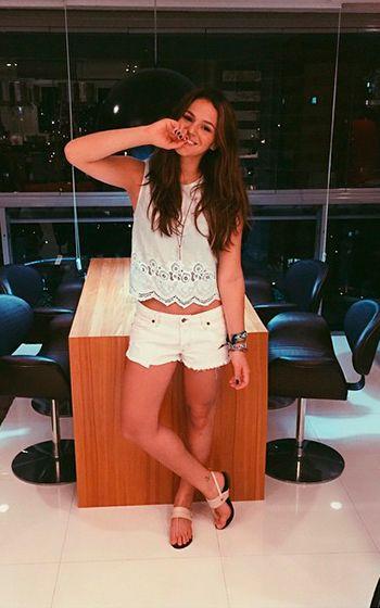 Vestidinho e tênis combinam? Bruna Marquezine provou que sim! Conheça mais sobre os looks e o estilo dela!
