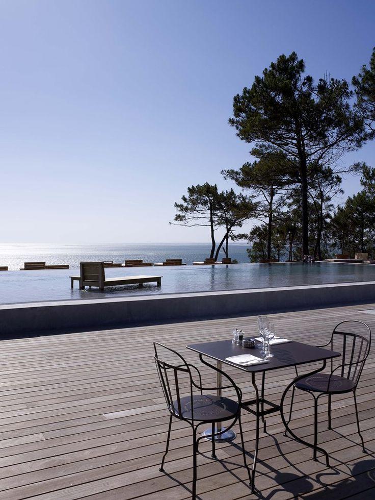 #Terrasse de bord de mer avec table #Opera et fauteuils #Louvre #noir #Réglisse #Fermob www.fermob.com / #black #outdoor