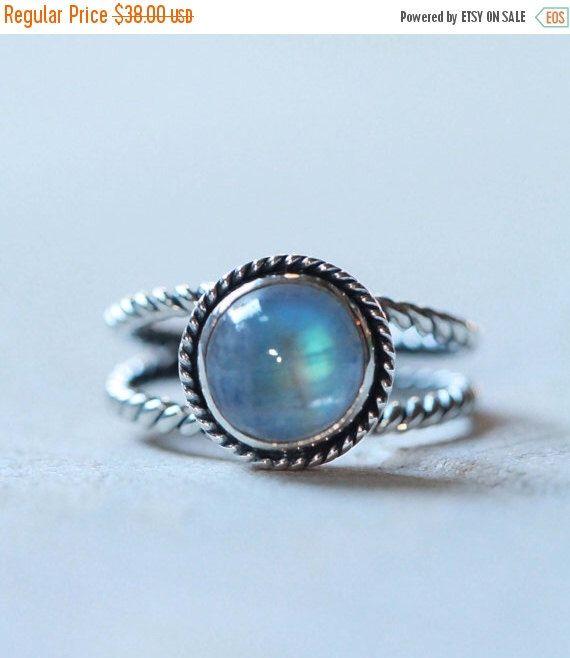 Maansteen Ring, Regenboog Maansteen Sterling Zilver Gemstone Ring, Boho Ring, Double Twist Band, handgemaakte edelsteen ring door DonBiuSilver op Etsy https://www.etsy.com/nl/listing/215499269/maansteen-ring-regenboog-maansteen