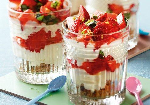 Dr�mdessert med limemarinerade jordgubbar och basilika i glas