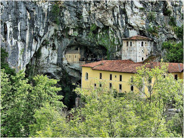 Una pared vertical de roca entre las nubes, un pueblo al que se accede por una cueva, un monasterio dentro de una cueva y sobre una cascada, un paraíso de montañas y lagos, una playa tierra adentro…Asturias es una de las comunidades autónomas de España que despliega una de las colecciones más bellas de paisajes …