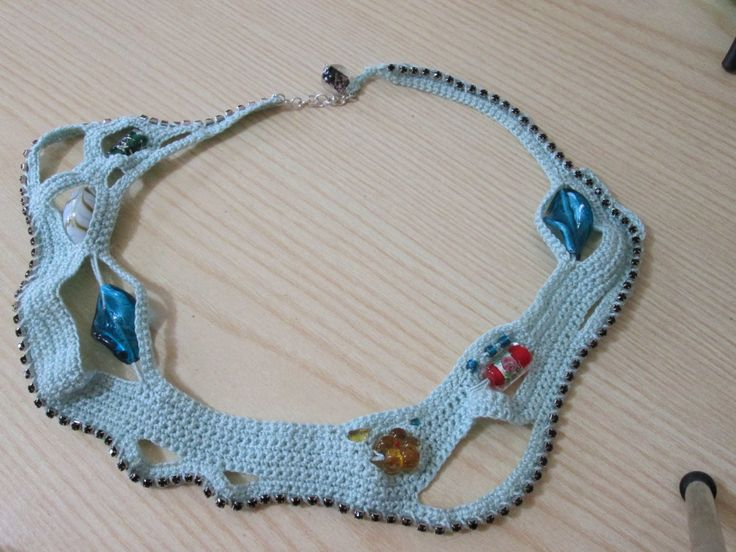 Collana fatta all'uncinetto con la tecnica del freeform e con l'aggiunta di perle