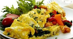 """O ator Tiago Abravanel secou 14 quilos em três meses tempo apostando em uma mudança no cardápio. A dieta, que prioriza proteínas, inclui duas receitas com ovos que são poderosas aliadas do emagrecimento. """"Normalmente como um ovo mexido com queijo branco no café da manhã, frutas no lanche da manhã e da tard"""
