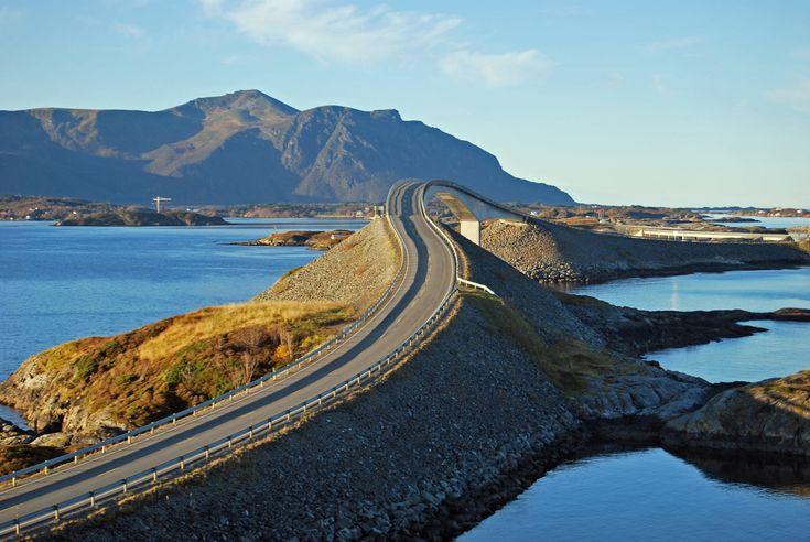 Carretera del Atlántico, Noruega. Esta es una carretera pequeña, pero lo que le falta de longitud lo tiene de espectacularidad. Sus ocho kilómetros discurren por puentes bajos sobre el mar uniendo pequeñas islas entre Kristiansund y Molde. Además, a lo largo de su recorrido hay cuatro zonas de descanso con miradores para disfrutar de la belleza del paisaje.