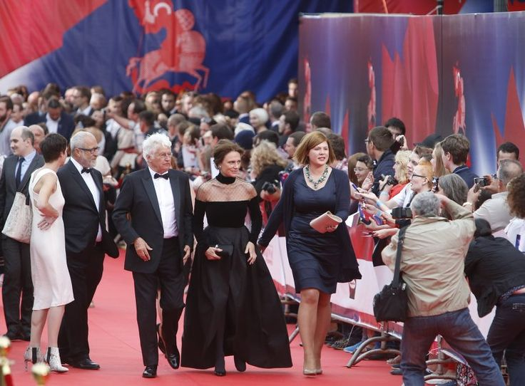 Председатель жюри основного конкурса 37-го ММКФ, французский режиссёр Жан-Жак Анно и член жюри, английская актриса Жаклин Биссет