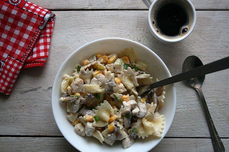 Makaronowa sałatka z kurczakiem i pieczarkami.