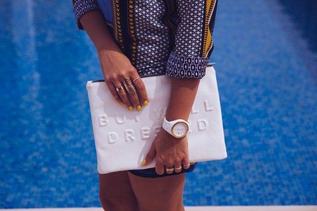 Ethnic Je porte une robe et une pochette Zara, des sandales Eden, des lunettes de soleil Persol édition Steve McQueen, une montre Adidas et des bagues Ma Demoiselle Pierre et La Halle. #fashion #outfit #ootd #dress #zara #clutch #white #shoes #eden #fringe #sunglasses #persol #watch #adidas #rings #mademoisellepierre #lahalle