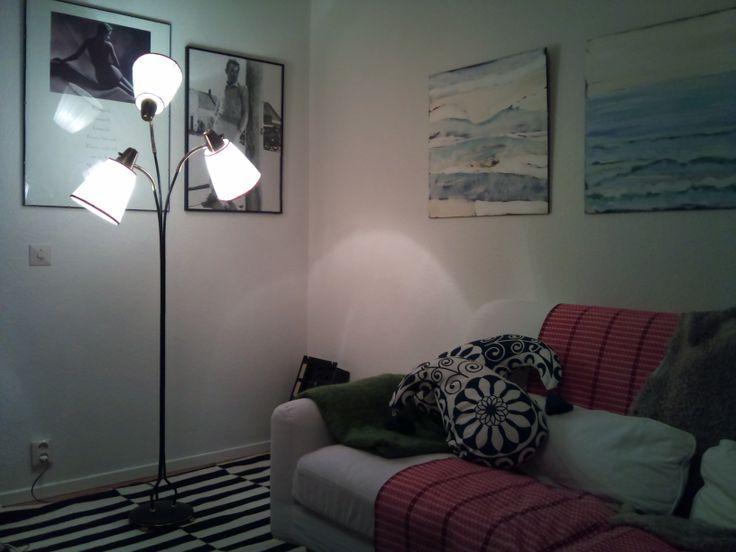 Golvlampa från 50-tal som precis har fått nya elsladdar och glödlampshållare, strömbrytare m m. De gamla skärmarna får duga till jag vet vad jag ska göra?  Klä dom eller prova plastband (se retro-stringlampan-pins).