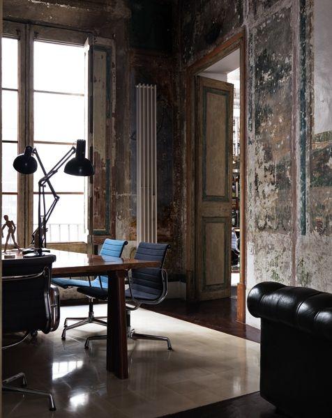 Il restauro scopre sulle pareti affreschi quasi intatti, come in questo studio, archi gotici, muri in mattoni e pavimenti in maiolica recuperati come tappeti di luce, sul parquet