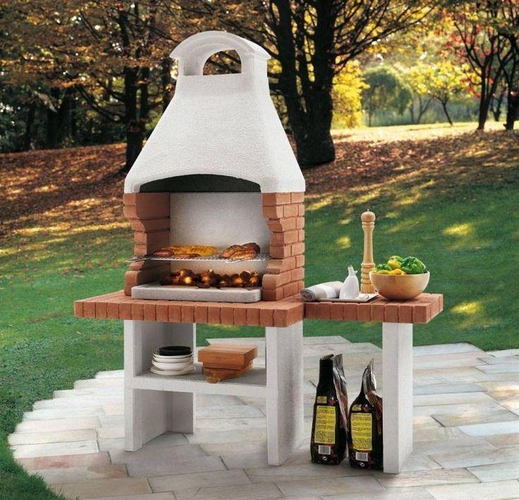 Barbecue En Briques Revêtu De Crépi Dans Le Jardin